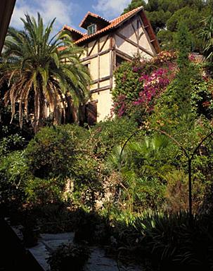 Vue partielle du jardin avec la façade du garage en arrière plan, depuis le sud-est.