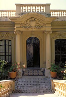 Le porche d'entrée sur la façade nord, depuis le nord.