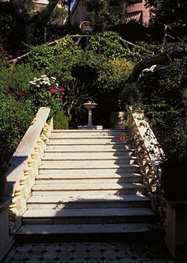 Escalier droit situé dans la partie nord du jardin et donnant accès au porche d'entrée, vu depuis le porche.