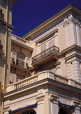 Détail : partie supérieure de l'aile ouest de l'hôtel depuis le sud-ouest.