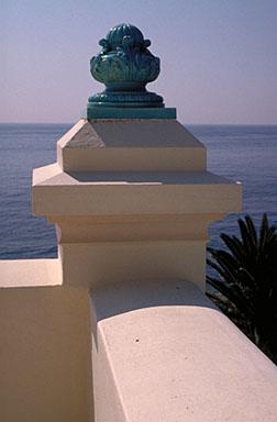 Détail : vase en céramique vernissée situé sur le garde-corps de la terrasse du dernier étage.