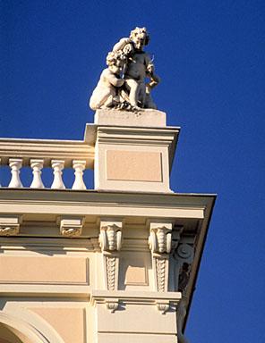 Détail : groupe sculpté dominant l'angle sud-est de l'étage en surcroît, depuis le sud.