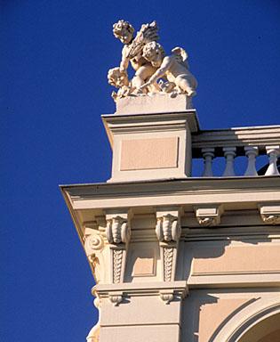 Détail : groupe sculpté dominant l'angle sud-ouest de l'étage en surcroît, depuis le sud.