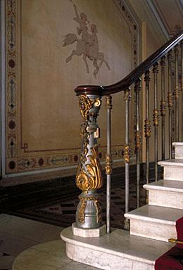 Vue intérieure. Détail : le départ de la rampe de l'escalier dans le hall d'entrée, depuis l'ouest.