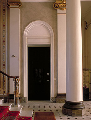 Vue intérieure. Détail : le départ de l'escalier dans le hall d'entrée, depuis l'ouest.