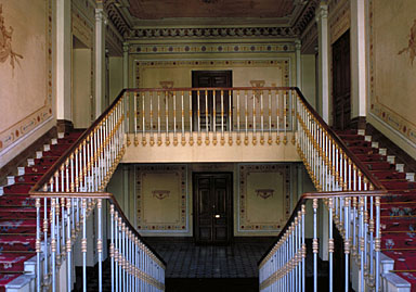 Vue intérieure. L'escalier ainsi que les peintures murales au niveau des deux derniers paliers, vus depuis le nord.