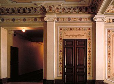 Vue intérieure. Détail : le couloir ouest desservant les chambres, et le palier situé au dernier étage.