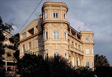 Vue d'ensemble des façades ouest et sud, depuis le sud-ouest.