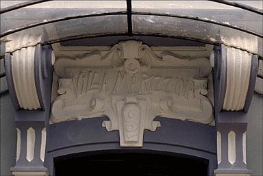 Détail : fronton sculpté situé sur l'élévation nord, au dessus de la porte, sur lequel est écrit le nom de la maison.